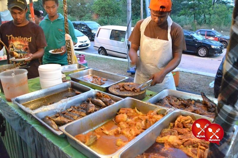 Ikan, daging dan ayam bakar di Buffet Ramadhan D'Kampung Cafe, Anggerik Mall