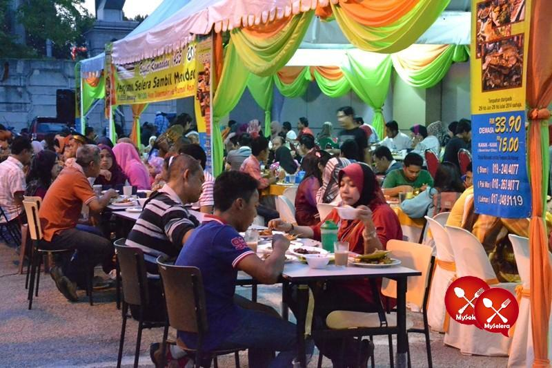 Pelanggan di Buffet Ramadhan D'Kampung Cafe, Anggerik Mall